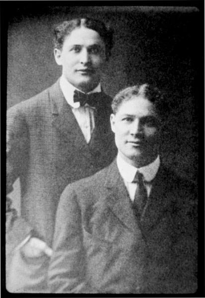 Theo Hardeen with his brother Harry Houdini